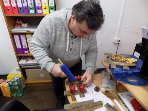 Izrađivanje božićnih ukrasa